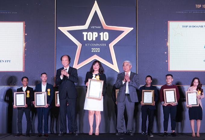 Đại diện Công ty Cổ phần Dịch vụ Trực tuyến FPT (FPT Online) nhận danh hiệu Top 10 Doanh nghiệp nội dung số năm 2020.