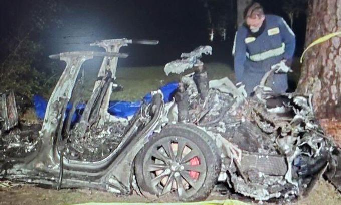 Hiện trường xe điện Tesla cháy trơ khung sau khi đâm vào gốc cây ở thành phố Houston, bang Texas (Mỹ) hôm 17/4 khiến hai người chết. Ảnh:Twitter/KPRC2Deven.