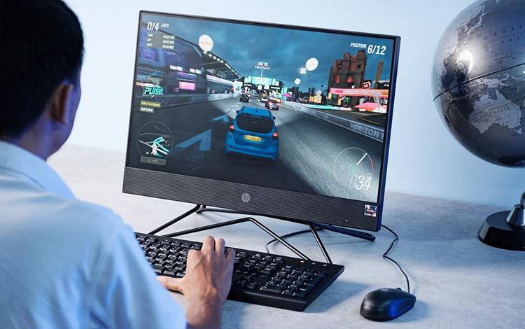 Người dùng chơi game trên HP 205 Pro G4 AiO Non-touch.