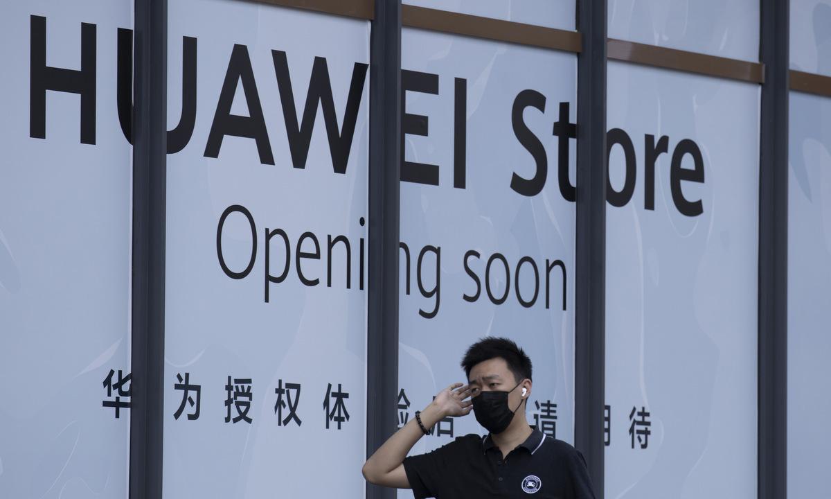 Một cửa hàng sắp hoạt động của Huawei tại Bắc Kinh năm 2020. Ảnh: AP.