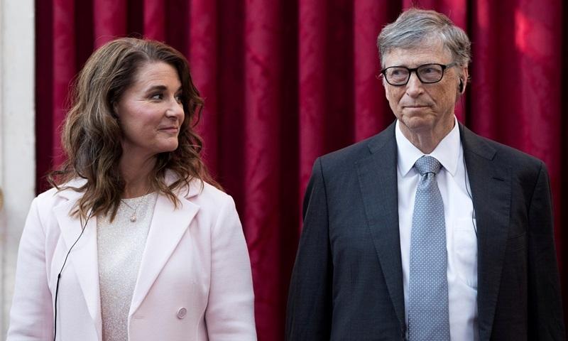 Bill Gates và Melinda nghe bài phát biểu của cựu tổng thống Pháp Francois Hollande, trước khi được trao tặng Huân chương Bắc đẩu Bội tinh tại Cung điện Elysee ở Paris, Pháp, tháng 4/2017. Ảnh: Reuters.