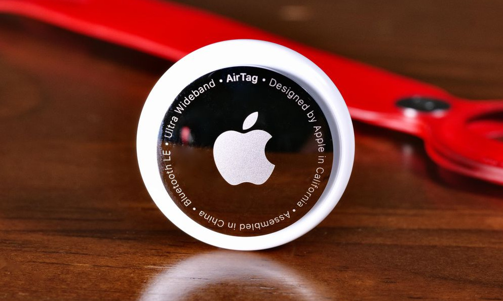 Apple Airtag được thiết kế nhỏ gọn như đồng xu. Ảnh: CNET.
