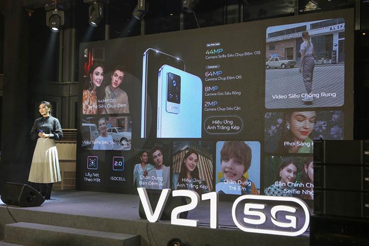 Đại diện Vivo giới thiệu các tính năng trên camera trước và sau của V21 5G trong lễ ra mắt sản phẩm.