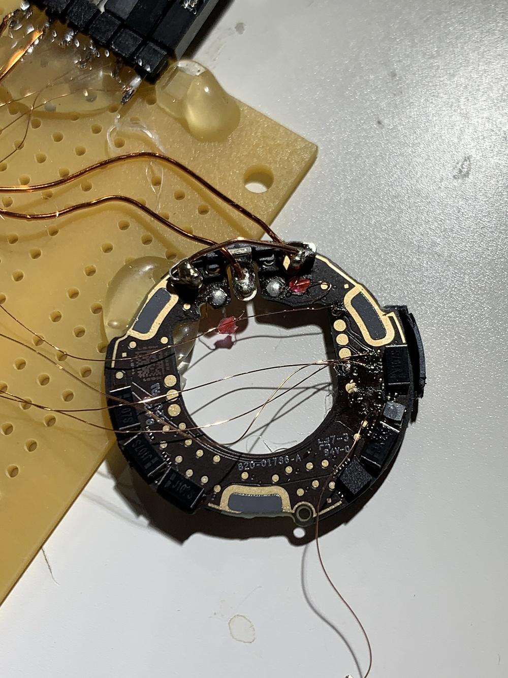 Một công đoạn trong việc xâm nhập vào vi điều khiển AirTag, được Thomas Roth công bố.