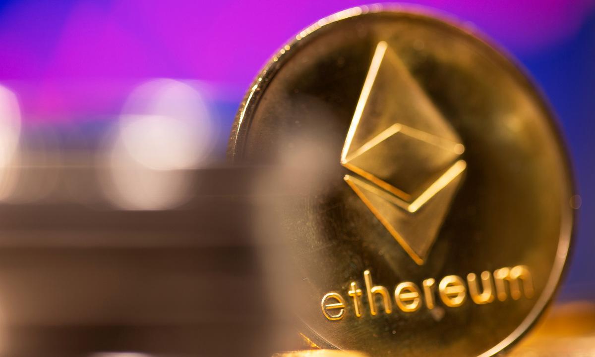 Đồng tiền mô phỏng cho Ethereum. Ảnh: Reuters.