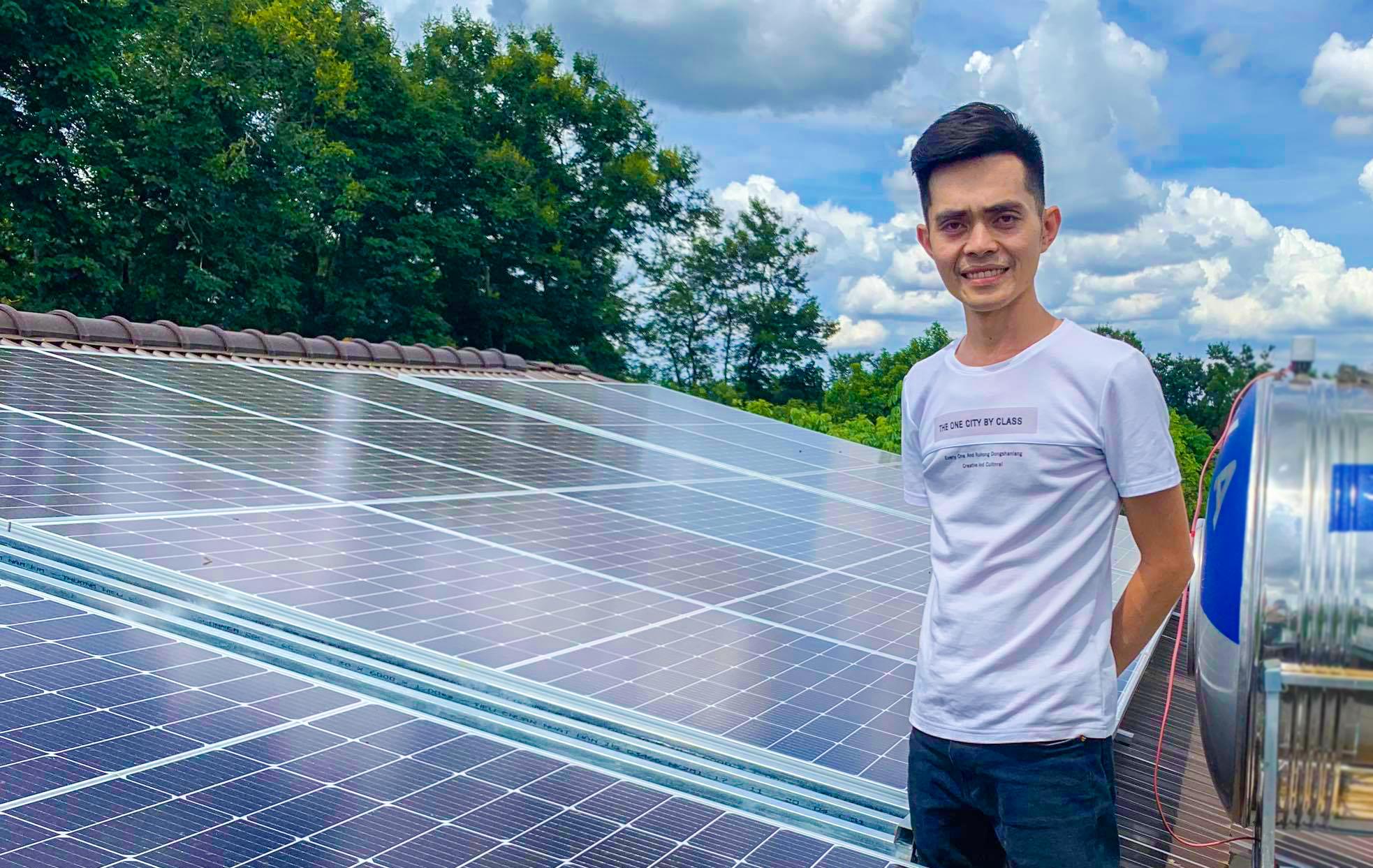 Anh Nguyễn Duy Quân bên hệ thống tấm pin năng lượng mặt trời.