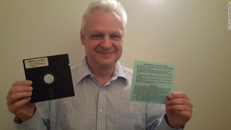 Eddy Willems và chiếc đĩa mềm chứa mã độc tống tiền đầu tiên trên thế giới. Ảnh: CNN.
