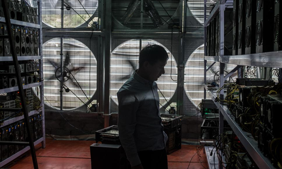 Quản lý một mỏ đào Bitcoin ở Tứ Xuyên. Ảnh: People Visual.