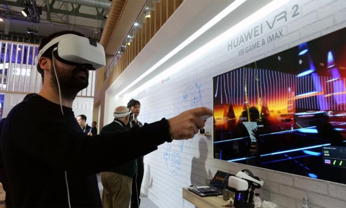 Người dùng trải nghiệm kính VR của Huawei. Ảnh: China Daily.