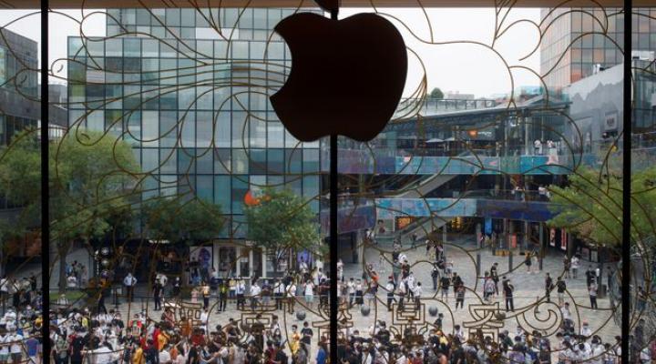 Trung Quốc hiện là nguồn cung cấp linh kiện lớn nhất cho nhà sản xuất iPhone. Ảnh: Reuters.