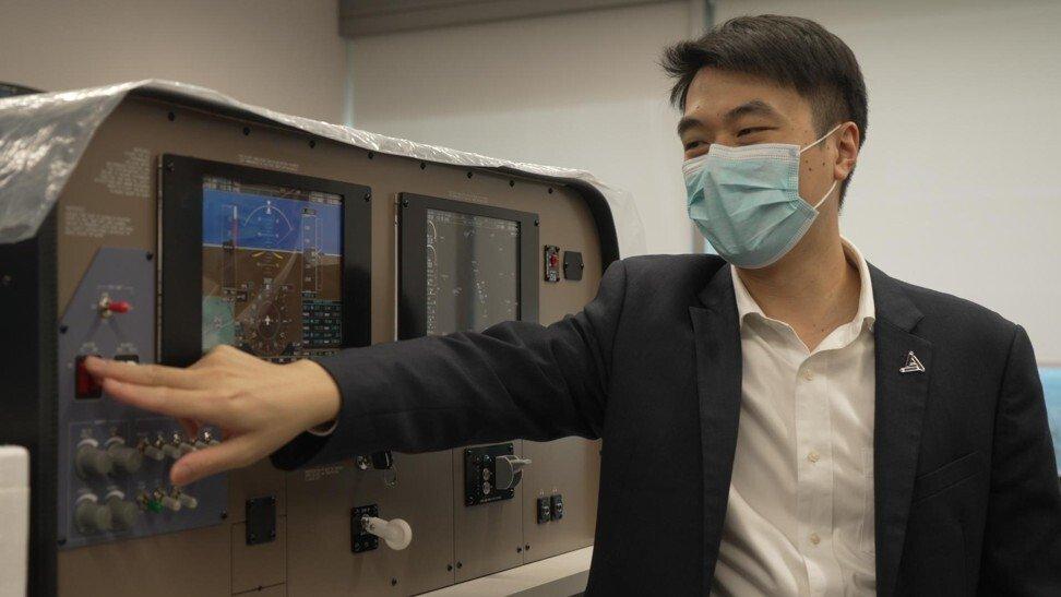 Mattis Tsang bên một hệ thống mô phỏng chuyến bay. Ảnh: SCMP.