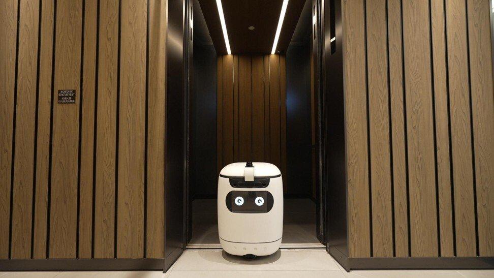 Robot của Rice Robotics thực hiện nhuần nhuyễn các công việc lặp đi lặp lại trong khách sạn. Ảnh: SCMP.