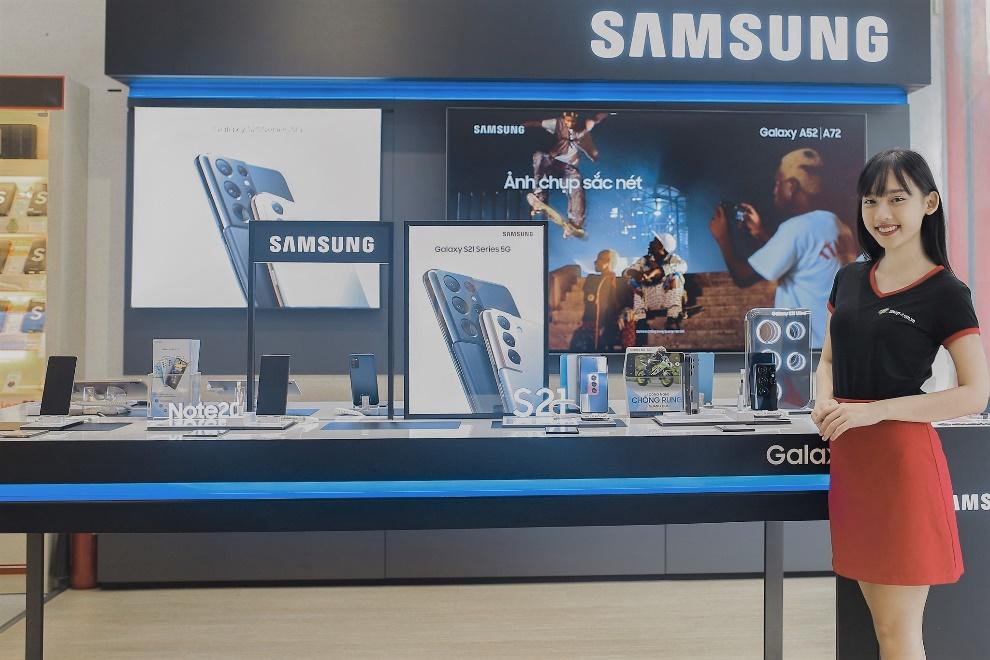 Khách hàng nhận nhiều ưu đãi khi chọn mua điện thoại Samsung tại FPT Shop trong tháng 6. Ảnh: FPT Shop