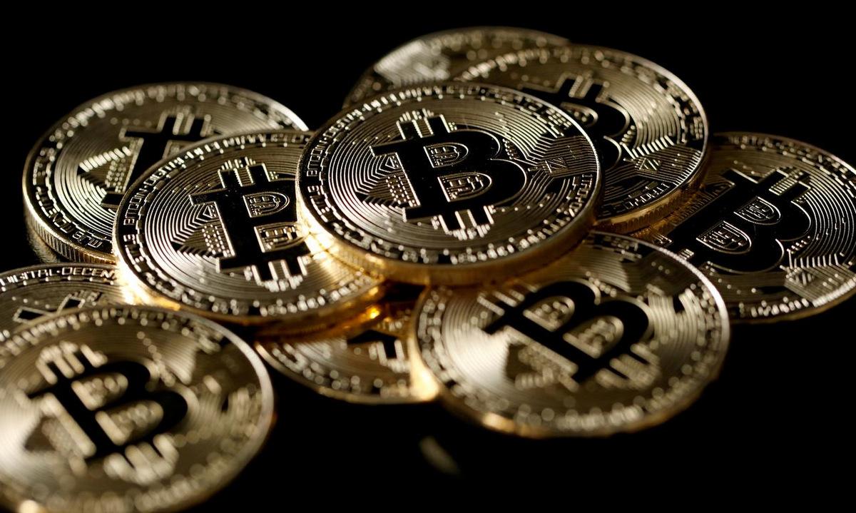 Đồng tiền mô phỏng Bitcoin. Ảnh: Reuters.