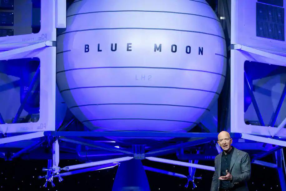 Jeff Bezos giới thiệu Blue Moon, phương tiện hạ cánh lên Mặt trăng của Blue Origin, vào năm 2019. Ảnh: AFP.