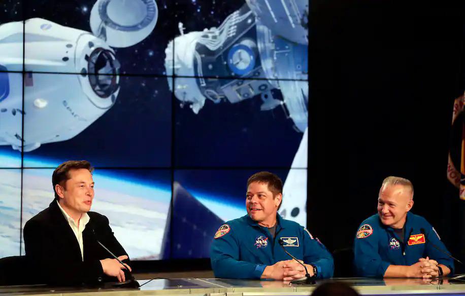 Elon Musk (trái) cùng các phi hành gia của NASA năm 2019. Ảnh: AP.