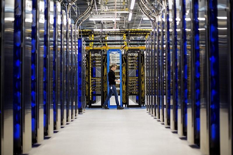 Một nhân viên đang kiểm tra hệ thống tại trung tâm dữ liệu của Microsoft. Ảnh: Microsoft.