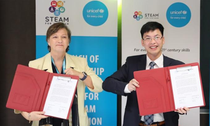 Bà Rana Flowers, Trưởng đại diện UNICEF Việt Nam, và Tiến sĩ Trần Việt Hùng, Giám đốc điều hành STEAM for Vietnam, trong lễ ký kết.