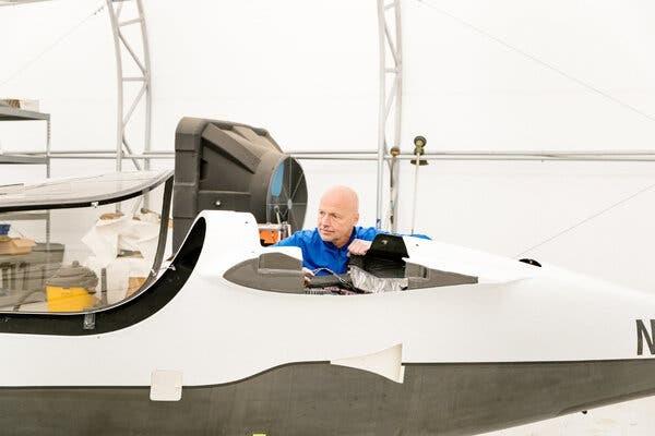 CEO của Kitty Hawk, Sebastian Thrun, với nguyên mẫu Heaviside. Ảnh: New York Times.