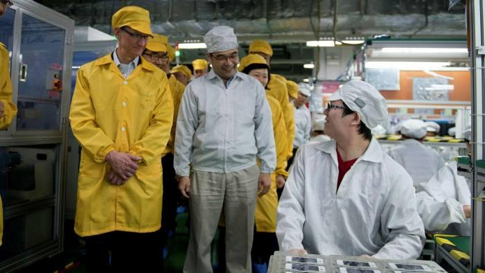 Tim Cook trong một chuyến thăm nhà máy sản xuất iPhone của Foxconn Trịnh Châu. Ảnh: Reuters.