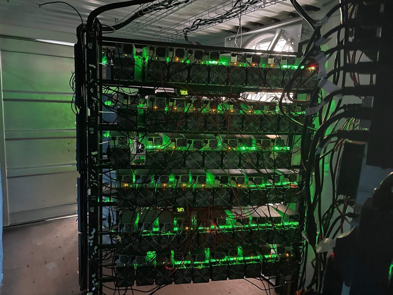 Một trung tâm dữ liệu chuyên đào tiền Bitcoin đặt gần một mỏ dầu ở phía bắc Texas tháng 5/2021. Ảnh: AFP.