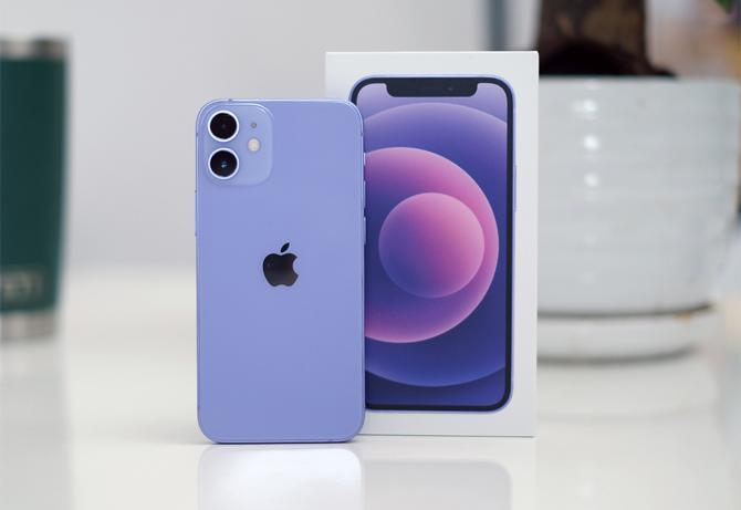 iPhone 12 mini màu tím. Ảnh: Tuấn Hưng