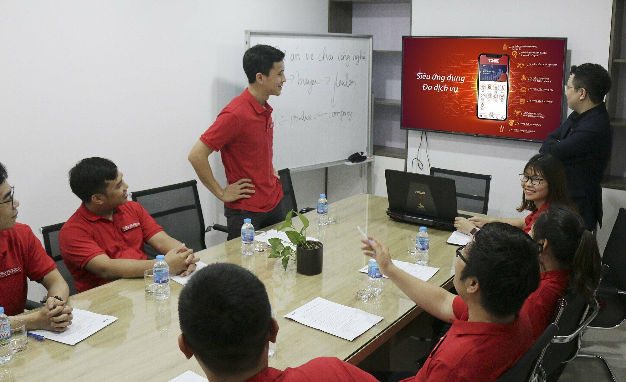 Đội ngũ ZinPro trình bày sản phẩm Siêu ứng dụng đa dịch vụ với khách hàng.
