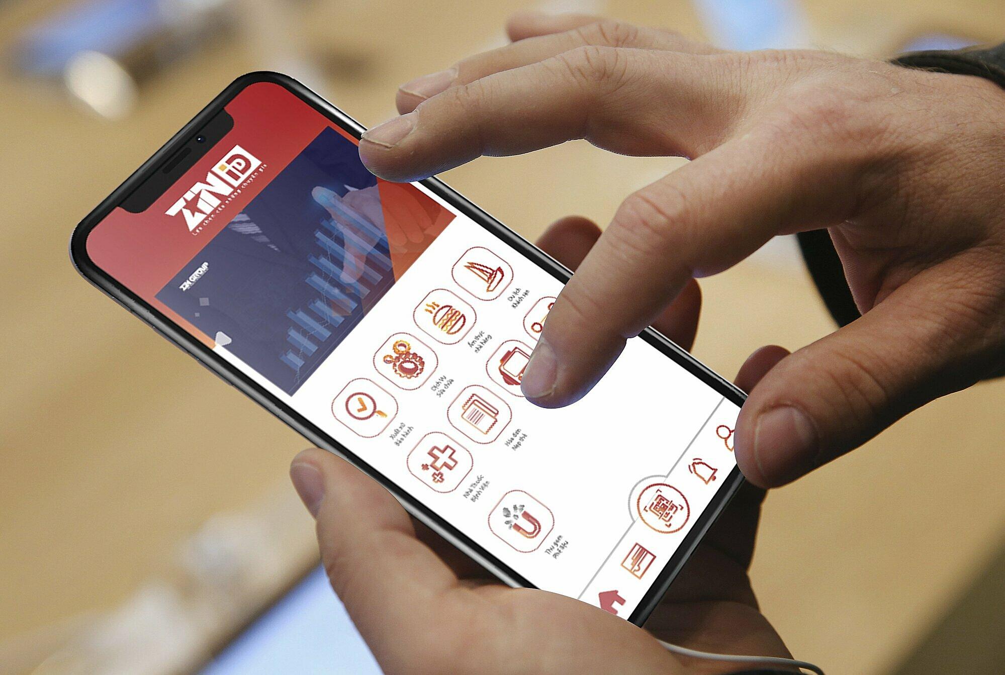 Người dùng sử dụng ứng dụng thiết kế của ZinPro trên điện thoại di dộng.