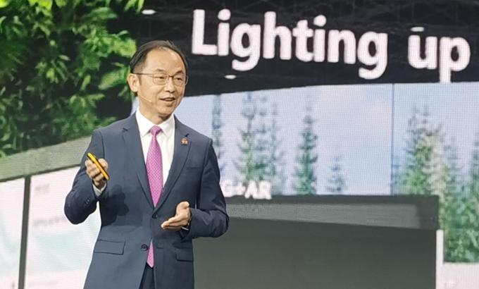 Ryan Ding, Chủ tịch Bộ phận kinh doanh nhà mạng của Huawei, chia sẻ tại MWC ngày 30/6. Ảnh: Huawei.