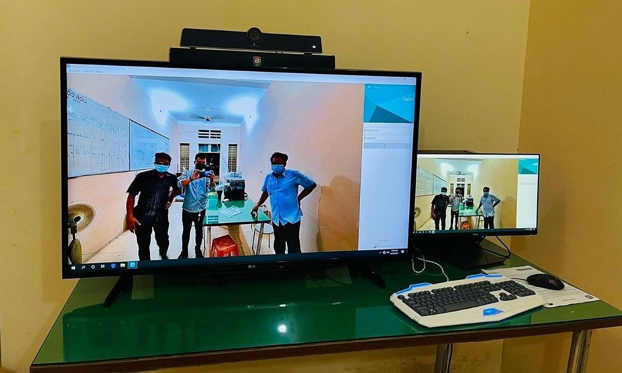 Hệ thống máy tính kết nối Internet tốc độ cao, cùng giải pháp họp trực tuyến của FPT được triển khai tại bệnh viện dã chiến TP HCM.