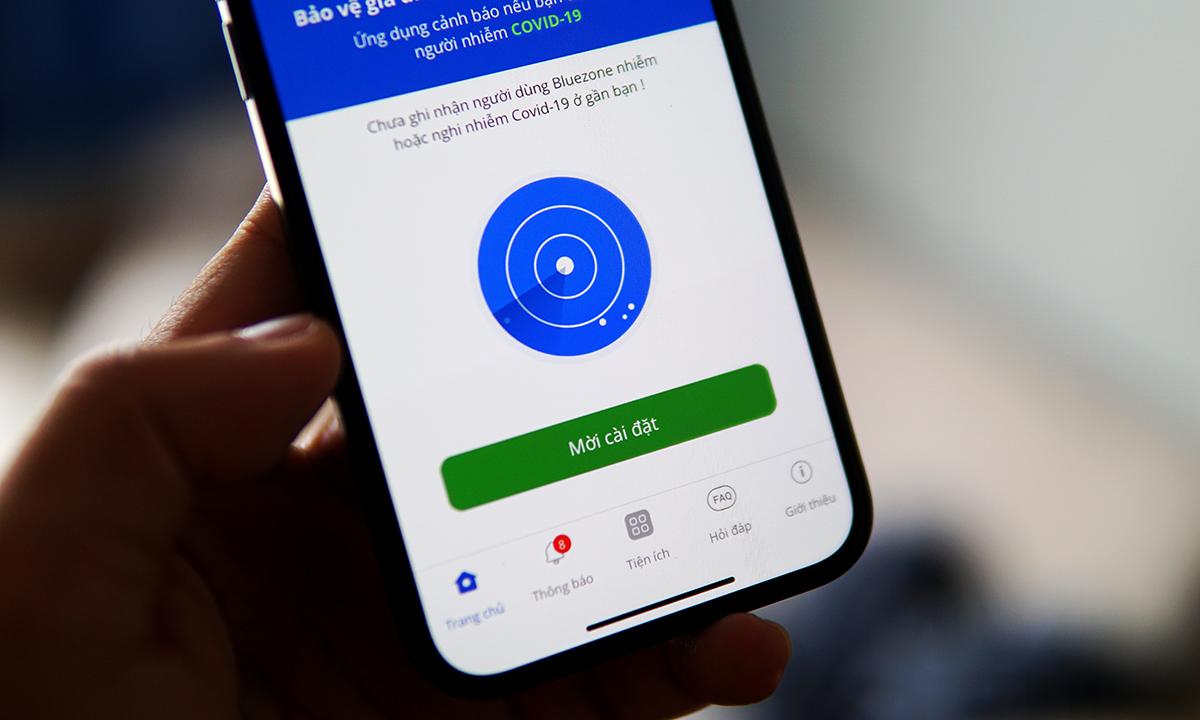 Người dân được khuyến nghị cài Bluezone và bật Bluetooth khi đến nơi công cộng. Ảnh: Lưu Quý