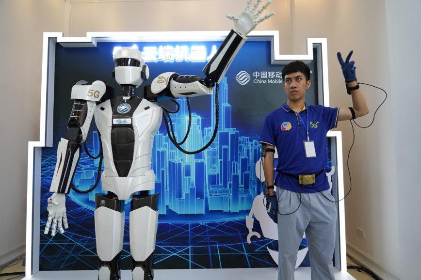 Đồng bộ hoá cử chỉ giữa người và robot thông qua đường truyền 5G. Ảnh: Chinadaily.