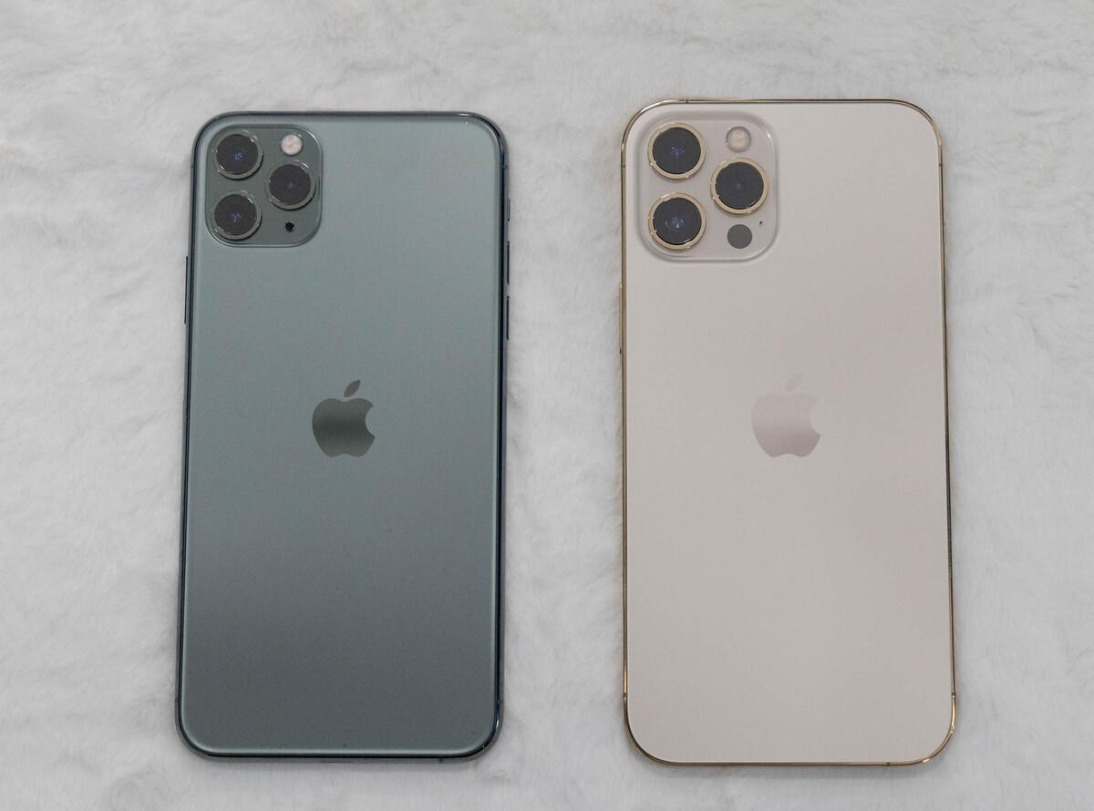 iPhone 11 Pro Max (trái) và iPhone 12 Pro Max (phải). Ảnh: Huy Đức