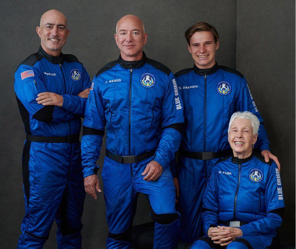 Jeff Bezos (thứ hai từ trái sang) cùng phi hành đoàn bay vào rìa vũ trụ hôm 20/7. Ảnh: Blue Origin.