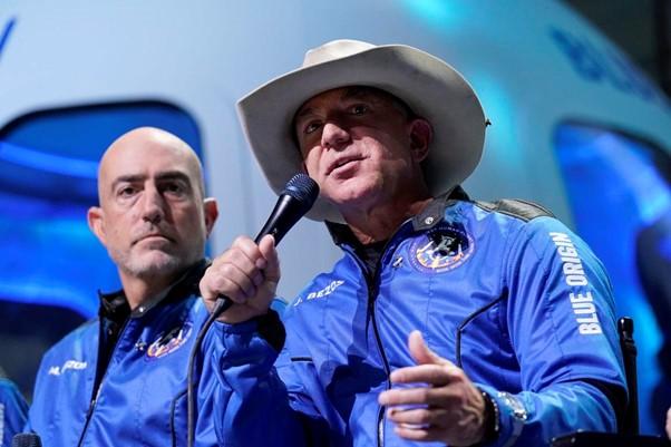 Jeff Bezos (phải) và em trai Mark Bezos sau chuyến bay tại Van Horn, Texas. Ảnh: AP.