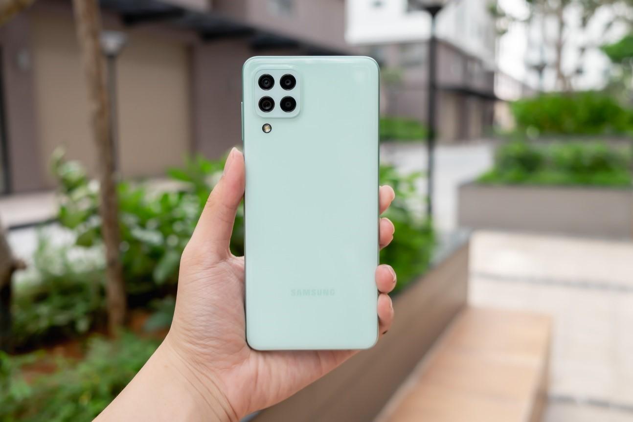 Galaxy A22 LTE màu xanh Mint được đánh giá lạ mắt so với các màu tím Unicorn và đen Diamond.