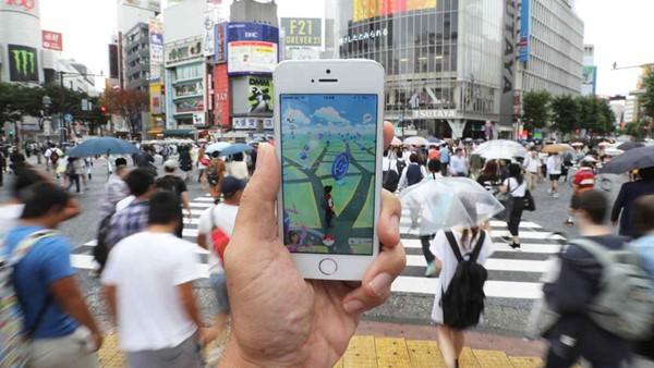 Giãn cách xã hội trong đại dịch vẫn không ngăn được Pokemon Go chiếm cảm tình của người hâm mộ. Ảnh: Nikkei.