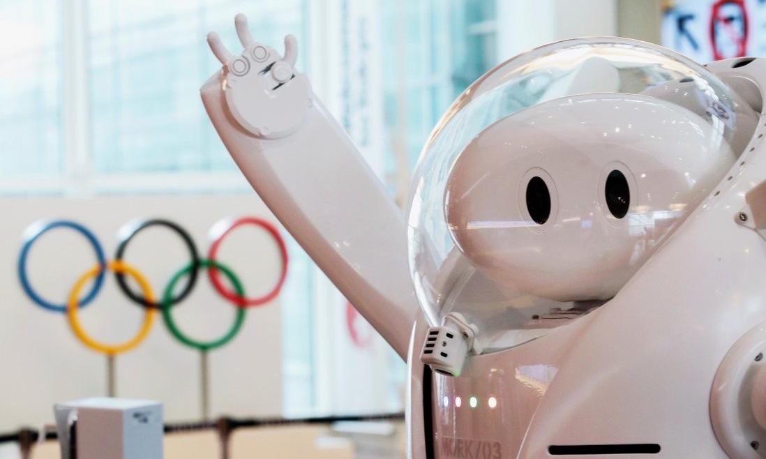 Robot đón khách triển khai ở sân bay Haneda tại Tokyo. Ảnh: Reuters.