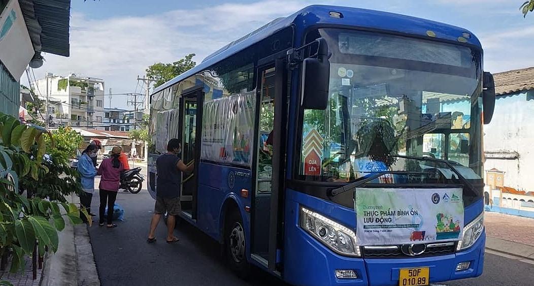 Xe buýt lưu động bán thực phẩm tại TP HCM. Ảnh: Bảo Yến