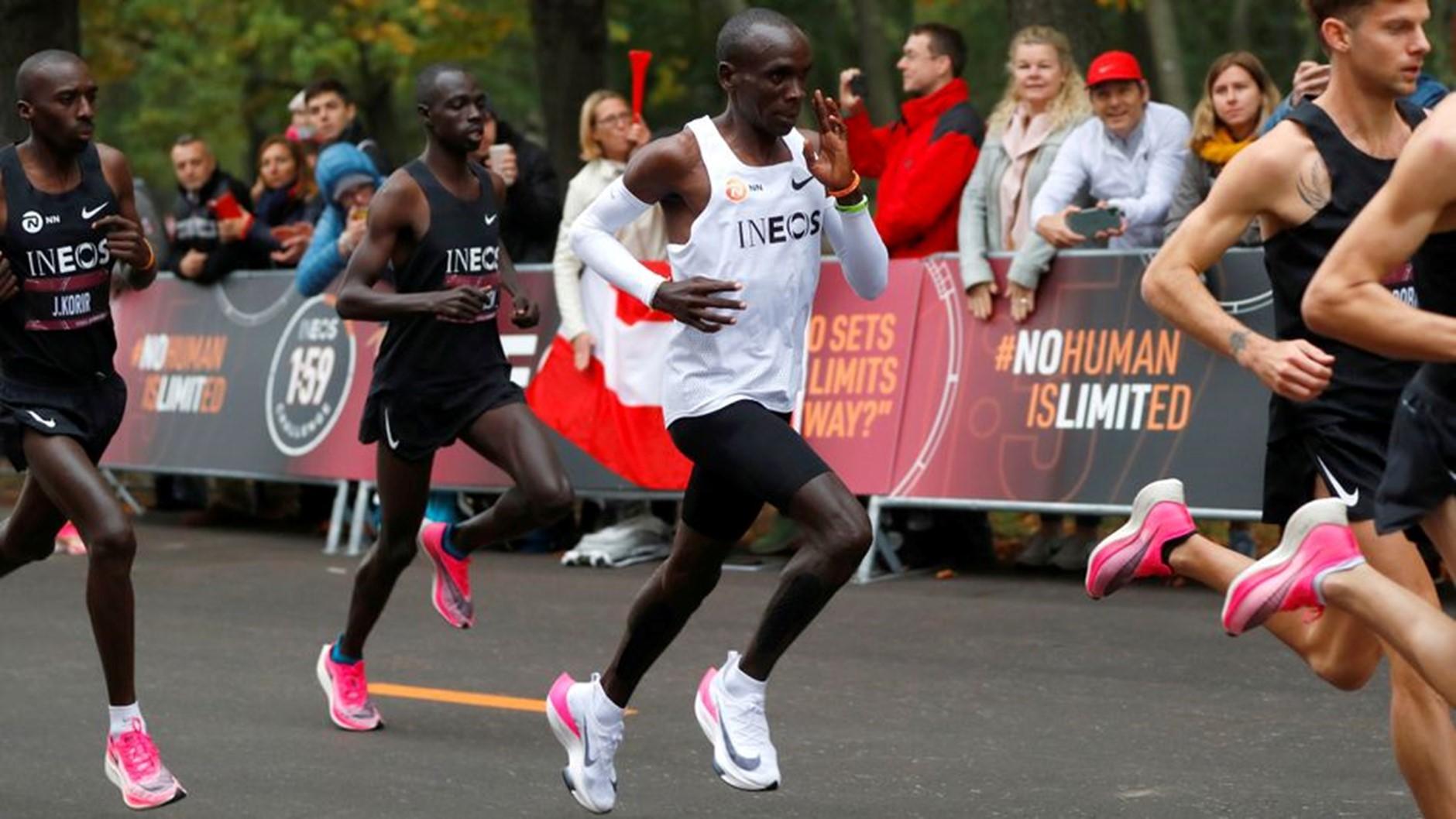 Kipchoge chinh phục thành công thử thách chạy marathon dưới 2 tiếng với Nike Vaporfly. Ảnh: Reuters.