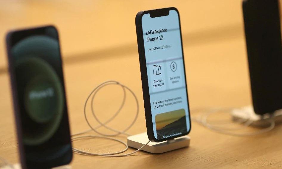 iPhone 12 trưng bày tại một cửa hàng ở Mỹ hồi tháng 6. Ảnh: Reuters.