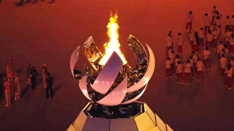 Vạc lửa Olympic được thắp sáng hôm 23/7. Vạc lửa này dùng hydrogen để đốt cháy, không thải khí CO2 ra môi trường. Ảnh: Nikkei.