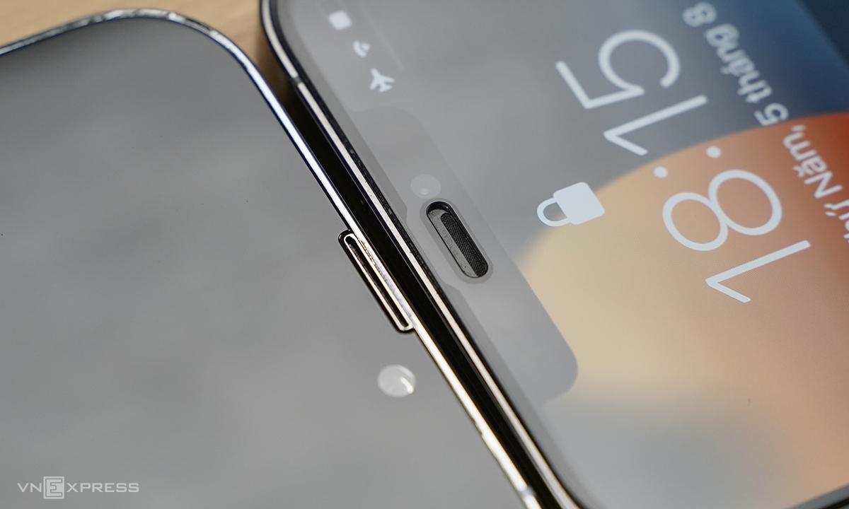 Mô hình iPhone 13 (trái) có loa thoại dài và thon hơn iPhone 12 (phải). Ảnh: Huy Nguyễn