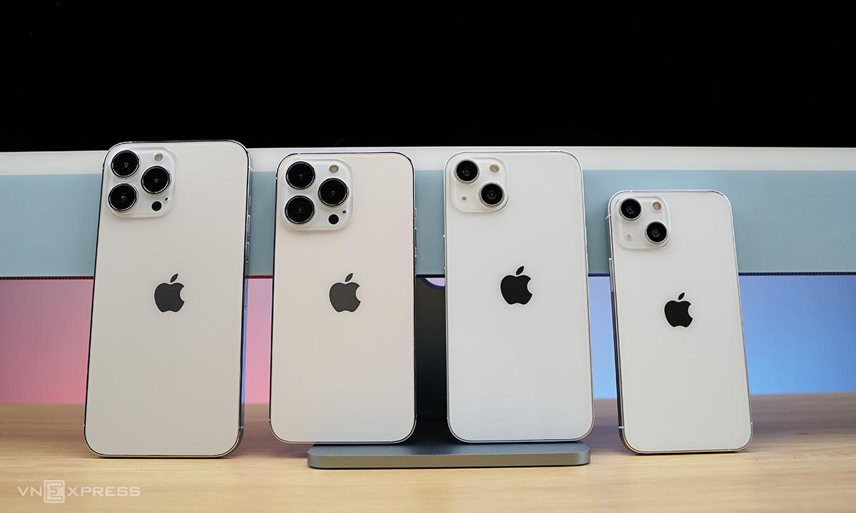 Bộ bốn mô hình iPhone 13 xuất hiện tại TP HCM chiều 5/8. Ảnh: Huy Nguyễn