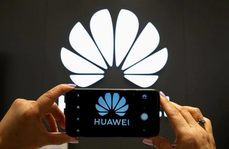 Logo Huawei bên ngoài một cửa hàng tại Vina del Mar (Chile). Ảnh: Reuters