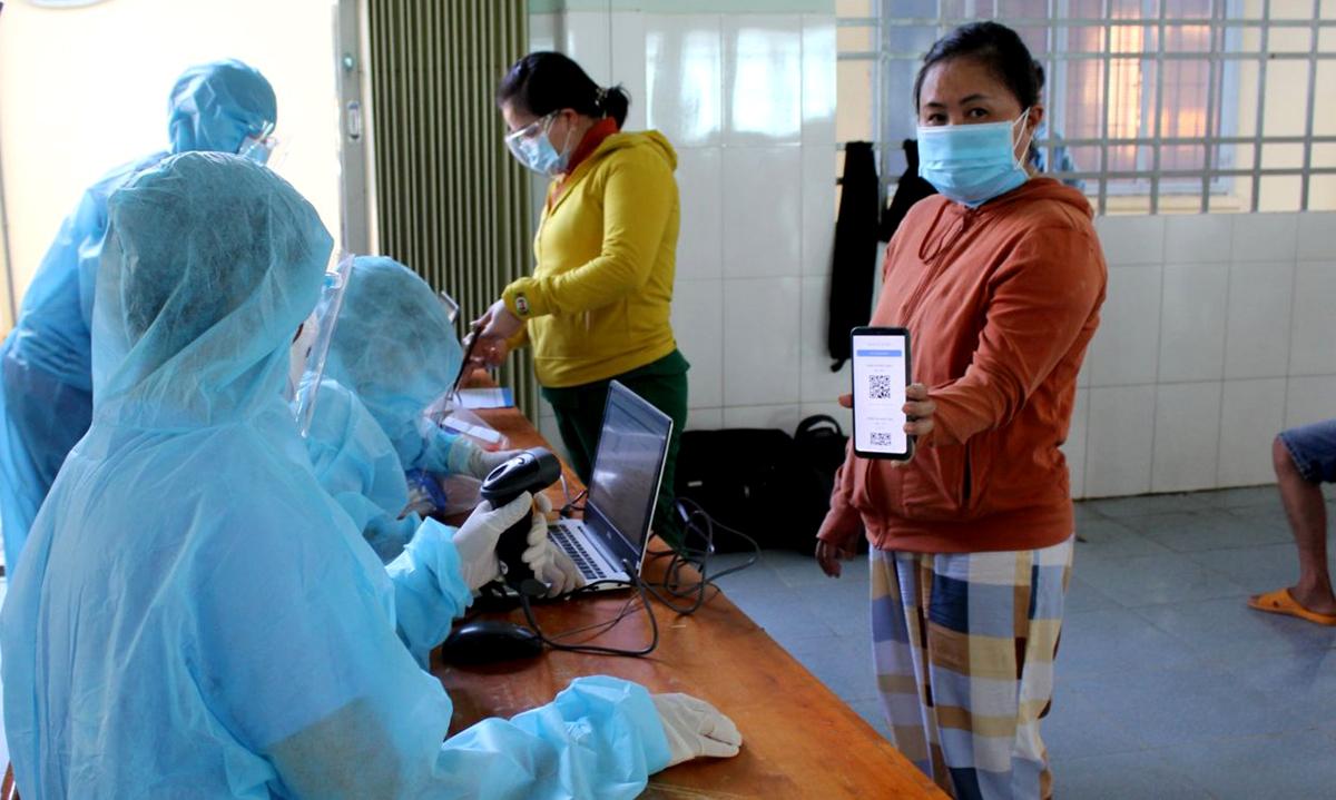 Người dân sử dụng mã QR trên smartphone khi khai báo y tế. Ảnh: Trung tâm CN PC Covid-19