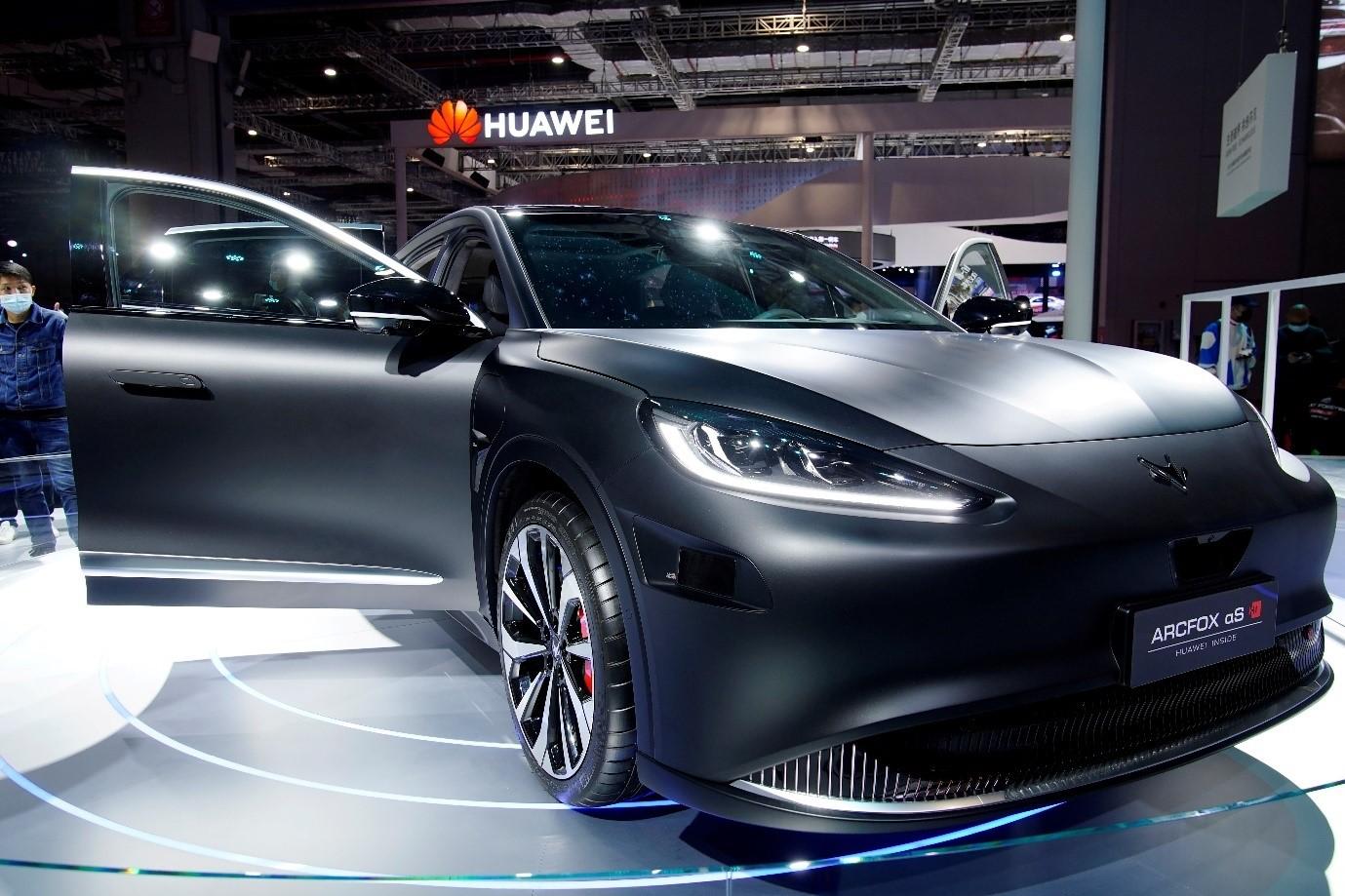 Mẫu xe điện Arcfox Alpha-S HI của Huawei trưng bày tại triển lãm Auto Thượng Hải tháng 4/2021. Ảnh: Reuters