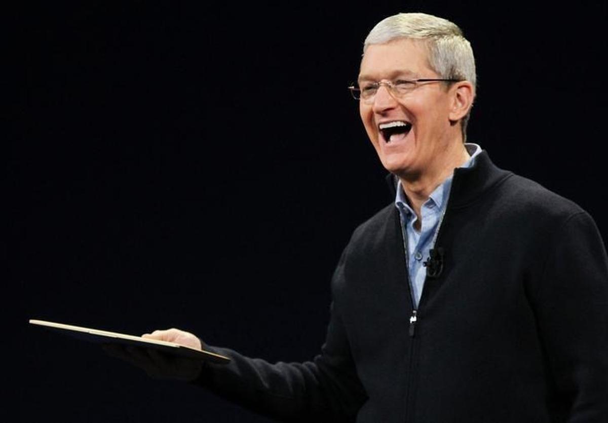 Tim Cook sinh năm 1960 vừa nhận khoản thưởng trị giá 750 triệu USD sau 10 năm lãnh đạo Apple. Ảnh: Reuters