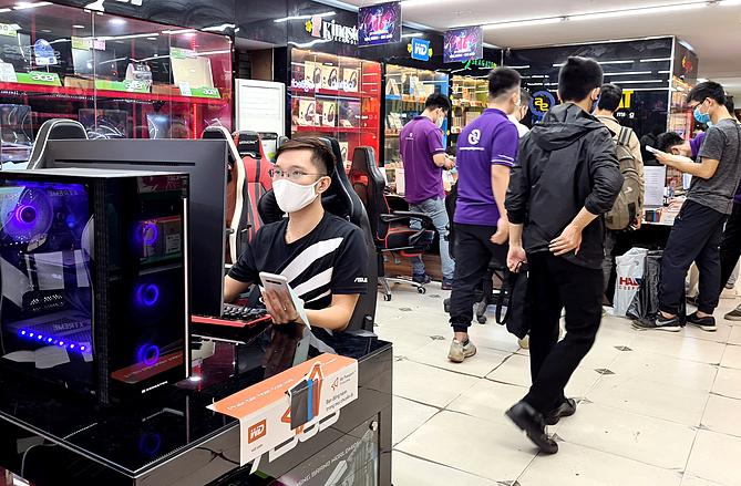Một cửa hàng vi tính tất bật chuẩn bị hàng cho khách vào thời điểm tháng 3/2020.