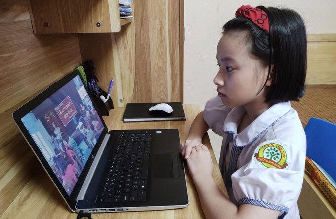 Một học sinh tiểu học dự khai giảng online qua laptop hôm 5/9. Ảnh: Thanh Hằng